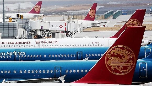 资料图片   证监会22日晚间公告显示,在证监会主板发审委召开的两场会议上,上海吉祥航空股份有限公司的首发申请获得通过。   此次吉祥航空拟募集的19.81亿元资金将用于引进7架A320系列飞机及2台备用发电机项目。公司在招股说明书中表示,若实际募集资金净额少于上述项目拟投入募集资金总额,不足部分有公司自行筹措资金解决。   国内最大的廉价航空公司春秋航空,截止2014年1月仅拥有40架空客飞机。春秋航空总部同样位于上海,并在今年1月21日登陆A股市场,成为中国民营航空中的第一家上市公司。   春秋航空宣